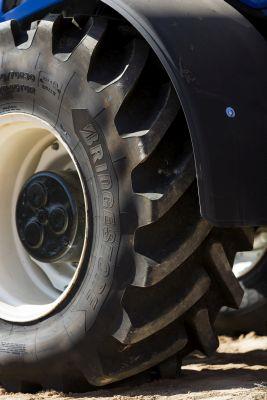 Bridgestone prezentuje nową trwałą oponę premium dla rolnictwa VX-TRACTOR